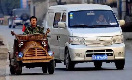 un charpentier chinois fabrique une voiture lectrique en bois. Black Bedroom Furniture Sets. Home Design Ideas