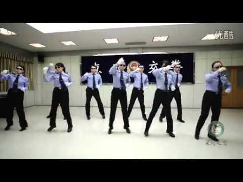 vid o insolite les policiers chinois dansent pour la s curit routi re. Black Bedroom Furniture Sets. Home Design Ideas